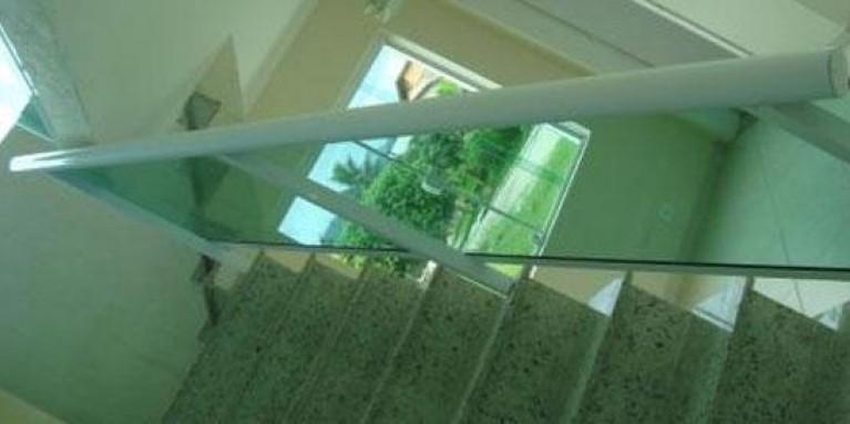 Telhado com esquadria e vidros
